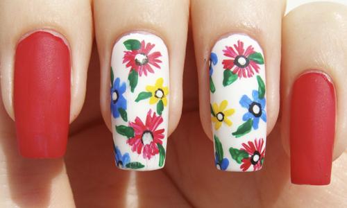 Матовый маникюр с цветами