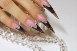 Украшение ногтей стразами