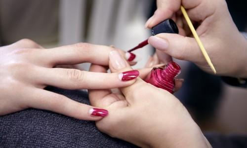 Нанесение стойкого лака на ногти