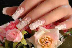Свадебный нежный маникюр с объемными розами