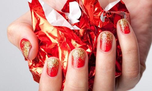 Красивый маникюр красный с золотым