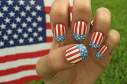 Маникюр под американский флаг на ногтях