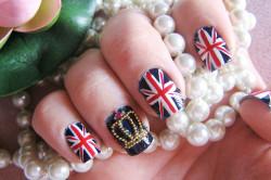 Маникюр под британский флаг на ногтях