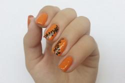 Оранжевый маникюр с черными узорами