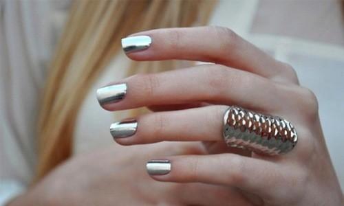 «Зеркальный» лак на ногтях