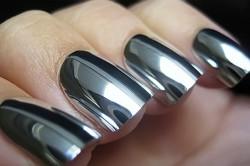 Зеркальный серебряный маникюр