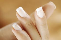 Квадратная форма ногтя средней длины