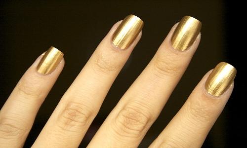 Прекрасный золотой маникюр