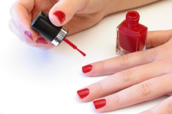 Частое использование лака - причина повреждения ногтей