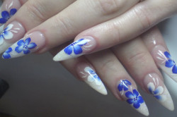 Бело-синий дизайн ногтей