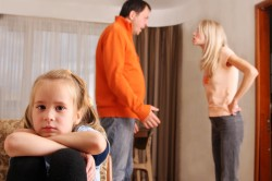 Конфликты дома - причина обгрызания ногтей у ребенка