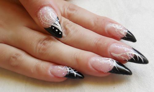 Черно-белый френч на стилетообразных ногтях