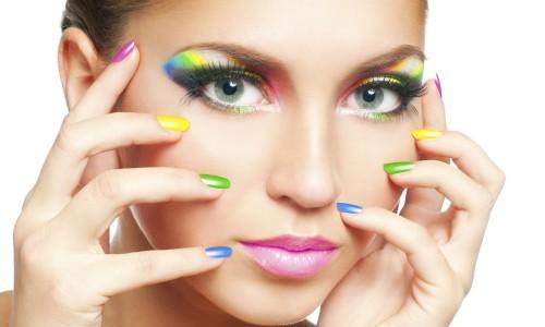 Радужный маникюр и макияж