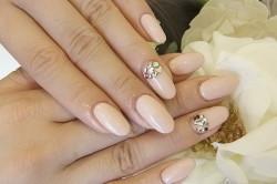 Овальные ногти со стразами