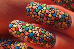 Круглая мозаика на ногтях