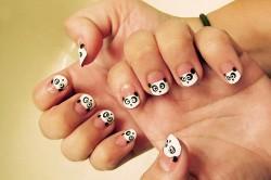 Мордочки панды на ногтях