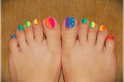 Педикюр с цветами радуги