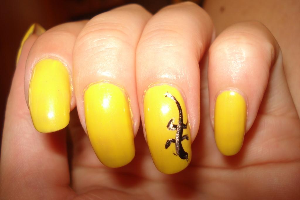 Красивый маникюр с желтым оттенком
